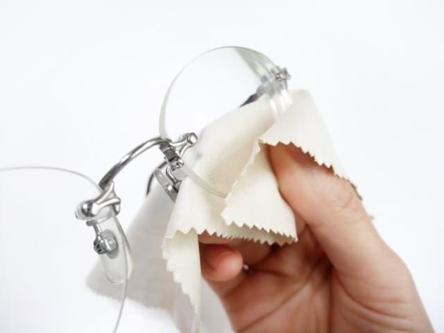 メガネ拭きにはレンズを傷つけないセーム皮が良い